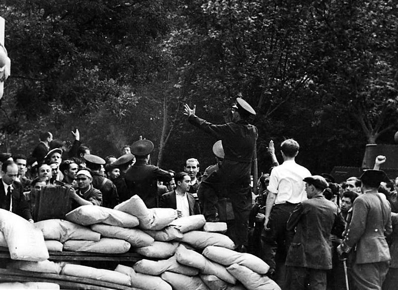 Enrique Castro Delgado, en el centro, entre los guardias de asalto y delante del hombre alto y enjuto.